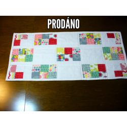 Moderne Decke (Läufer) auf dem Tisch